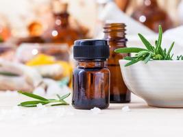 óleo essencial de alecrim com alecrim fresco foto