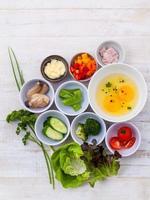 ingredientes para uma omelete de madeira foto