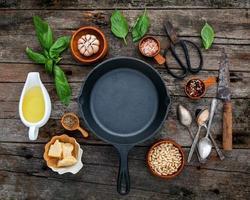 Ingredientes do molho pesto fresco com uma frigideira
