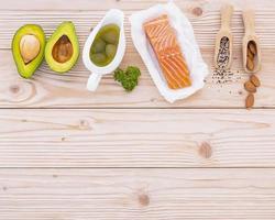 salmão com outros ingredientes frescos foto