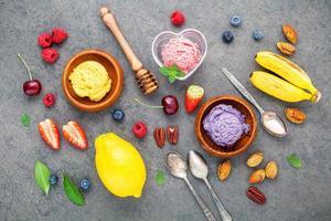 vista de cima de sorvete em tigelas com frutas foto