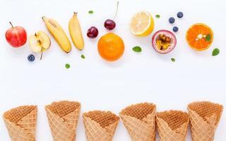 frutas frescas e cones de waffle em branco foto