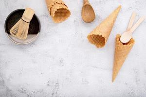 cones de waffle e um jogo de chá