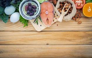 alimentos frescos na madeira foto