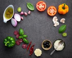 círculo de ingredientes de pizza frescos