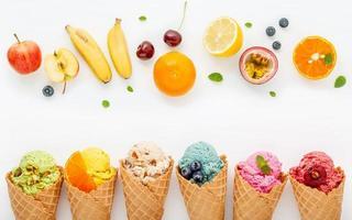 frutas frescas e sorvete foto