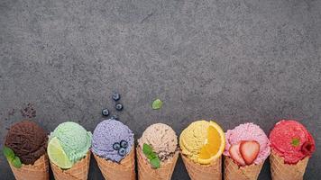 cones de sorvete e frutas com espaço de cópia foto