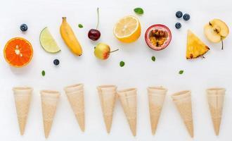 vista superior de frutas e cones de waffle foto