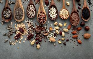 diferentes tipos de nozes e grãos em concreto surrado foto