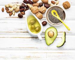 vista superior de alimentos com gordura insaturada em branco gasto