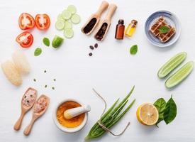 produtos naturais para o cuidado da pele à base de plantas em branco
