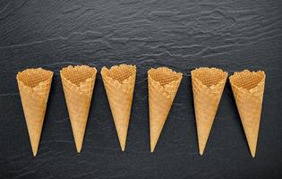 waffles cones em um fundo escuro foto