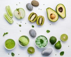skincare verde sobre branco