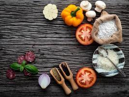 ingredientes italianos frescos em madeira rústica foto
