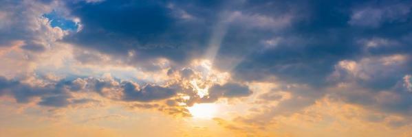 o céu ao pôr do sol