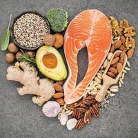 salmão e outros ingredientes frescos foto