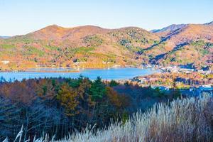 bela paisagem no lago yamanakako, japão foto