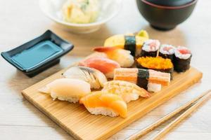 salmão, atum, casca, camarão e outras carnes maki sushi