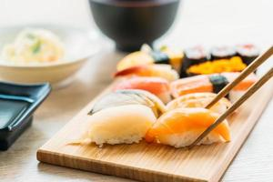 salmão, atum, casca, camarão e outras carnes maki sushi foto