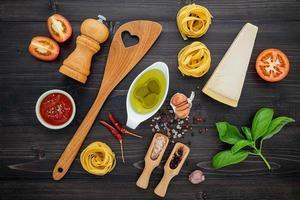 espaguete com ingredientes frescos vista superior