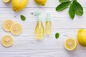 spray de limpeza de limão natural foto