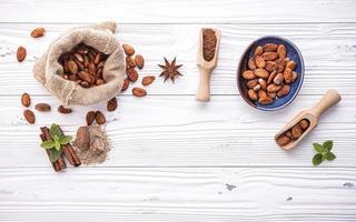 grãos de cacau em madeira branca surrada foto