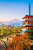 bela paisagem de mt. fuji com pagode chureito, japão