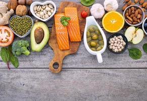salmão e outros alimentos frescos em um fundo de madeira rústica foto
