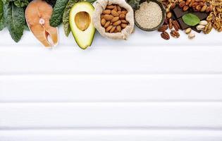 borda de alimentos frescos com espaço de cópia em madeira branca foto