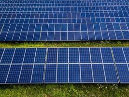 painéis solares em um fundo de céu azul