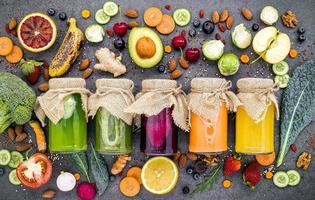 suco colorido de frutas e vegetais