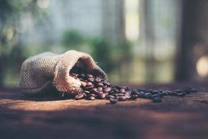 grãos de café na bolsa foto