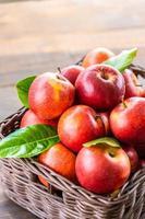 maçãs vermelhas na cesta