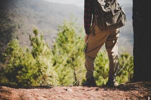 garota viajante procurando a direção certa no mapa enquanto caminha na montanha