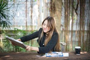 retrato de uma mulher de negócios estressada em seu local de trabalho