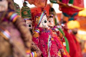 fotografia de foco seletivo de bonecos de marionetes durante o dia