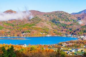 bela paisagem ao redor do lago yamanakako, japão foto