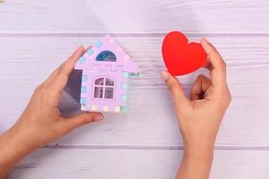 pequeno brinquedo para casa com coração vermelho