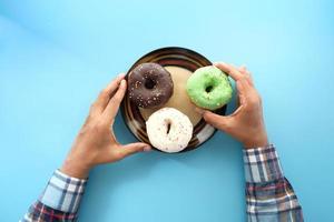 vista superior de donuts em fundo azul