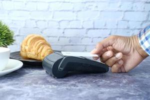 pagamento moderno com cartão de crédito foto