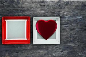vista superior da caixa em branco aberta em vermelho e branco sobre fundo de madeira