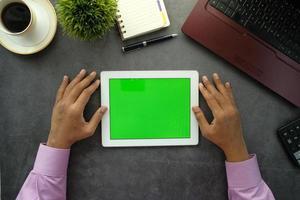 vista superior da mesa com simulação de tablet foto