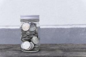 moedas em uma garrafa de vidro com efeito de filtro