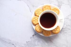 biscoitos e chá na mesa foto