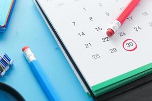 conceito de prazo com marca vermelha na data do calendário foto