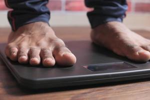 pés do homem em uma escala foto