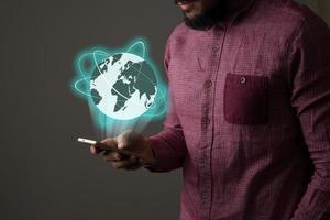 empresário com smartphone e rede global na interface da tela foto