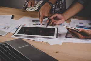 close-up de executivos trabalhando com diagramas de estratégia em uma mesa de madeira no escritório foto