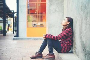 Mulher chateada sentada no chão contra o fundo do grunge