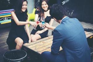 retrato de jovens amigos felizes se divertindo e bebendo juntos foto